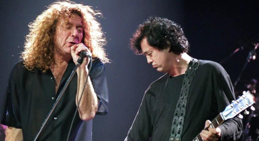 Led Zeppelins forsanger Robert Plant (til venstre) sammen med guitarist Jimmy Page under en koncert i Wien.