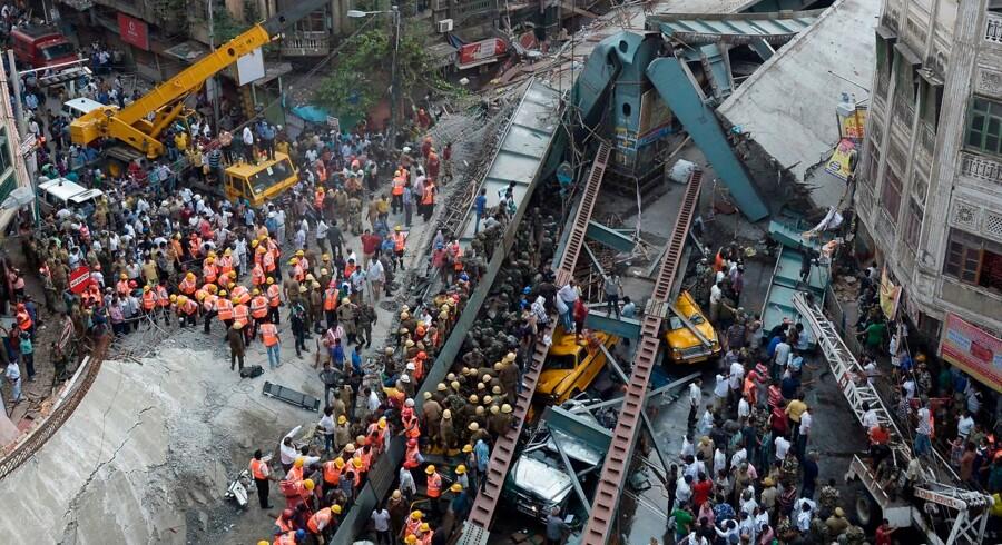 Flere hundrede redningsfolk har i løbet af natten arbejdet på højtryk for at redde nogle af de mange mennesker, der ligger fanget under murbrokkerne.