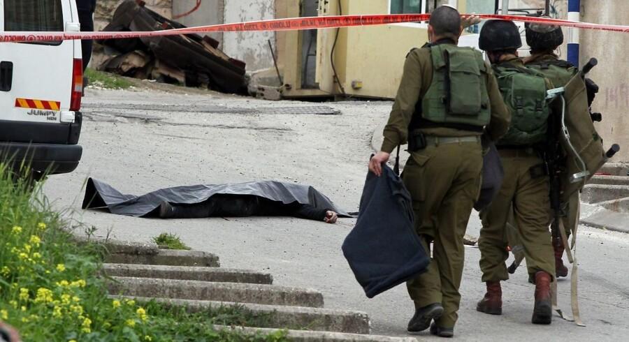 Videoen viser angiveligt, at en israelsk soldat skyder den sårede palæstinensiske angrebsmand i hovedet.