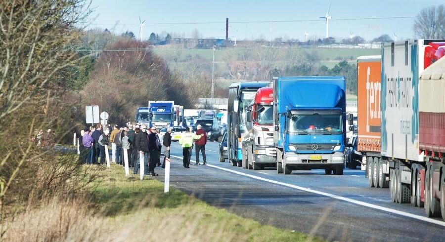 Seks uheld på kort strækning på den fynske motorvej fik myndighederne til at spærre for trafik mod øst.