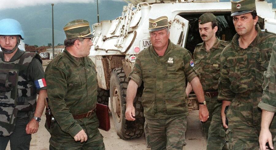 Ratko Mladic (i midten) står tiltalt for blandt andet folkedrab, terror og forbrydelser mod menneskeheden.