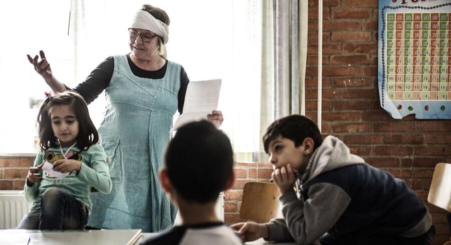 Gribskolen i Græsted har 60 flygtningebørn i modtagerklasser. I uge 10 er der temauge på skolen, hvor der bliver sat fokus på at blande den danske og den arabiske kultur. Der er blandt andet et madhold, hvor eleverne lærer at lave falafel og tabouleh og et historiehold, hvor eleverne får læst historier op på dansk og arabisk.