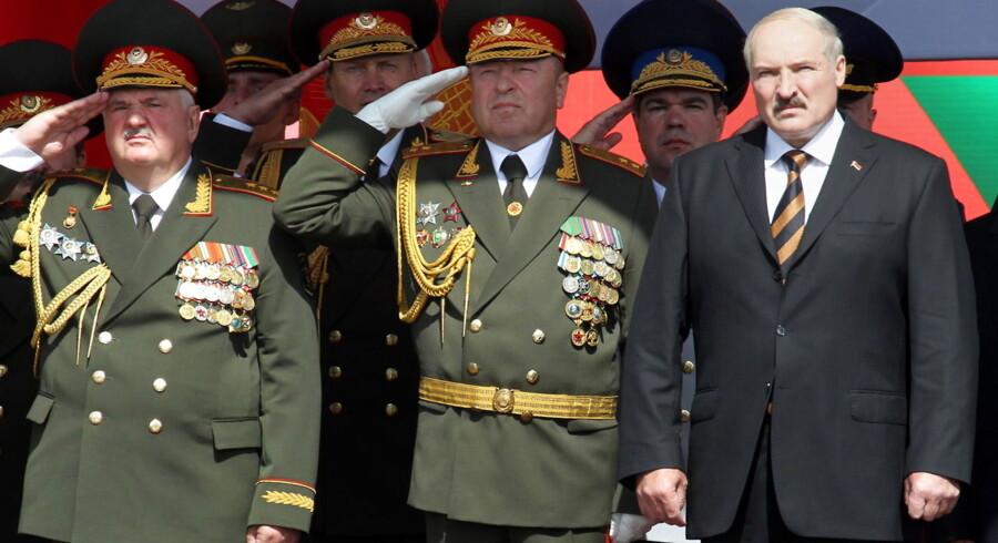 Tidligere på sommeren overværede præsident Lukasjenkovanen tro militæreparaden i Minsk i anledning af Hvideruslands uafhængighedsdag 3. juli.