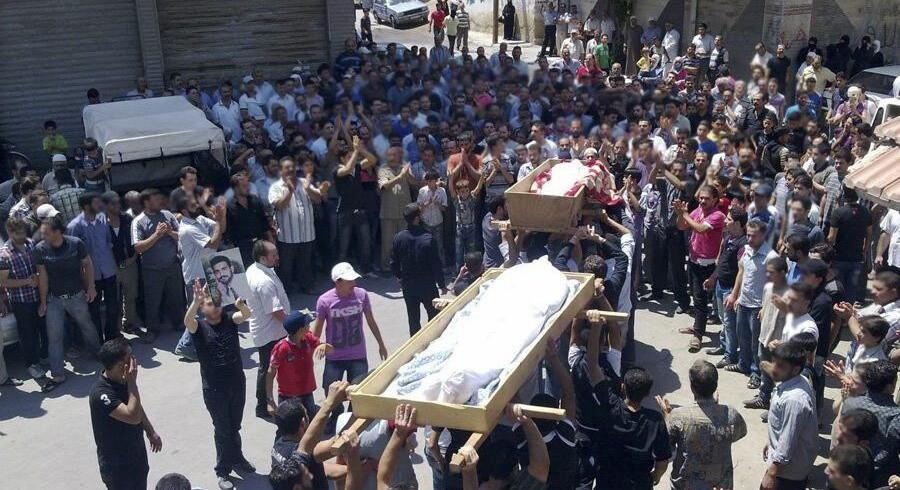 Den Internationale Straffedomstol er den instans, som kan efterforske og sandsynligvis hindre yderligere forbrydelser i Syrien. EU-landene bør gå forrest i bestræbelserne på at få den syriske konflikt henvist til domstolen. Her en scene fra Syrien i mandags.