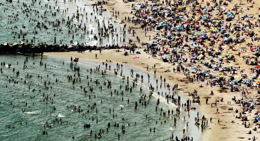 New York befinder sig lige i midt i den varmeste sommer siden 1895 og køler sig gerne ned ved vandet. Eksperter er sikre på, at klimaforandringer har en finger med i spillet i det ekstreme vejr, vi ser lige nu.