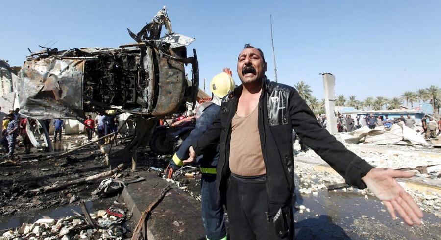 Oprydning og redningsarbejde ved den vigtige kontropost nord for Hilla i Irak, hvor en selvmordsbomber i en tankvogn søndag tog mindst 60 mennesker med sig i døden.