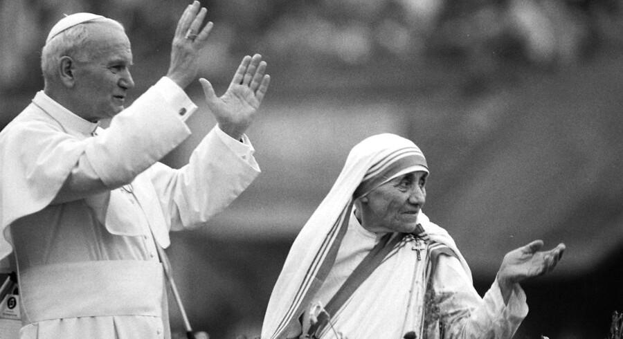 ARKIVFOTO 1986 ad Moder Teresa med den daværende pave Johannes Paul 2.