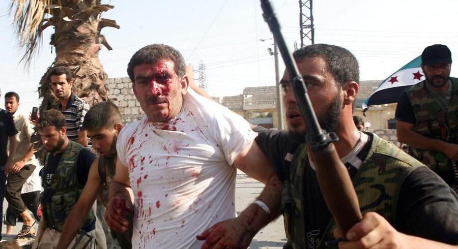 Kampene i Aleppo tager til i styrke. Her er det den Frie Syriske Hær, der har taget en betjent til fange.
