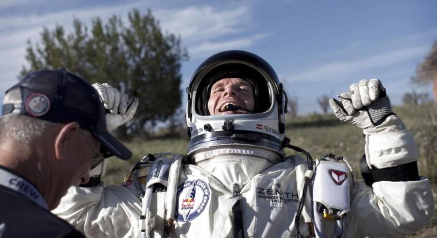 En jublende Felix Baumgartner efter sin succesfulde landing.