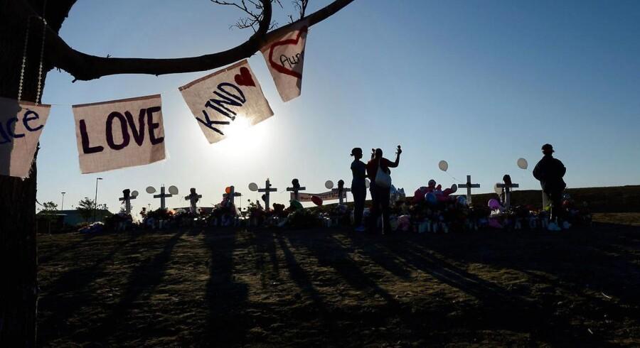 Indbyggere i Denver mindes de dræbte i biografskyderiet med 12 opsatte kors i Denver-forstaden Aurora.