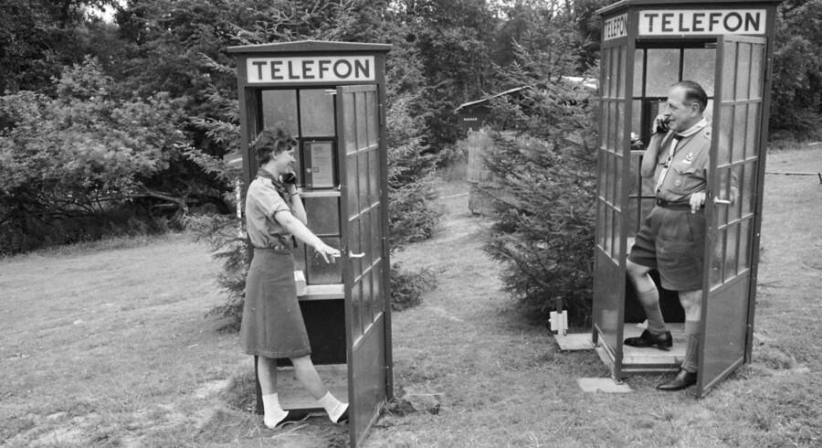 Den store spejder-Jamboree i Ermelunden nord for København samlede i 1966 deltagere fra hele verden. Her er opstillet telefonbokse så man kan ringe hjem.