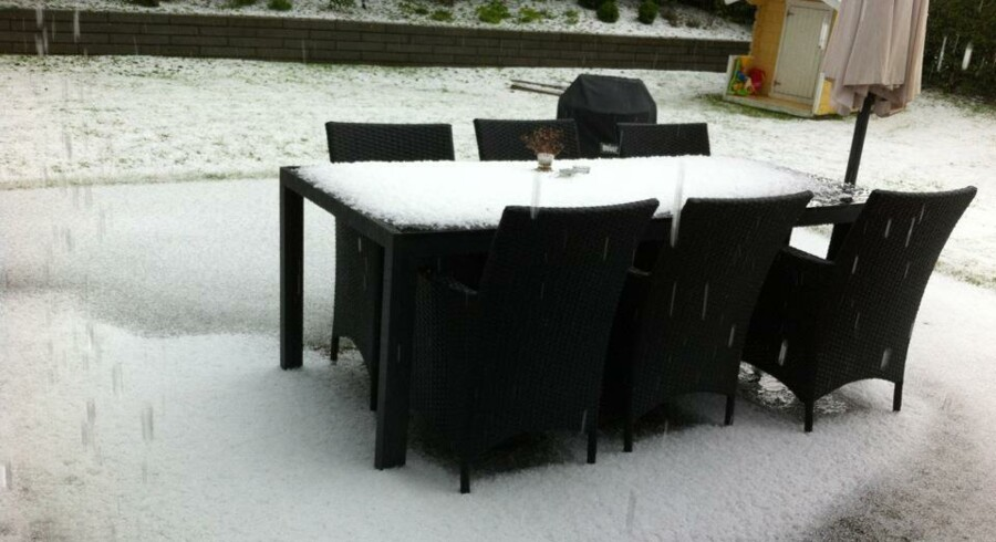 Sådan så det ud i Langå, efter en kraftig haglbyge torsdag hærgede byen.