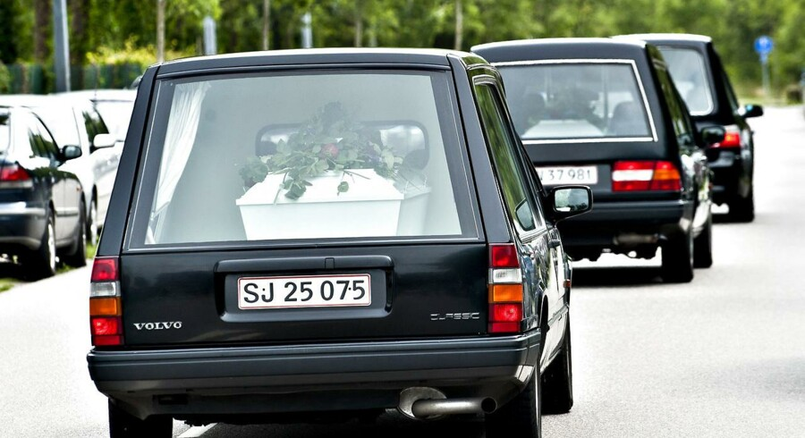 De tre søstre, der på tragisk vis omkom efter leg i en lade, blev onsdag begravet fra Skjern Kirke.
