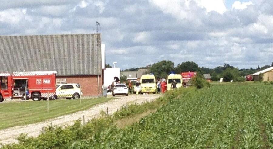 Høballer styrtede torsdag ned over tre børn i et hus i Ølstrup nær Ringkøbing. Redningsfolk fik de tre piger fri af halmballerne og kørt dem på sygehuset i Herning. Den mellemste af de tre søskende - en niårig pige - afgik efterfølgende ved døden. De to andre er fortsat i livsfare.