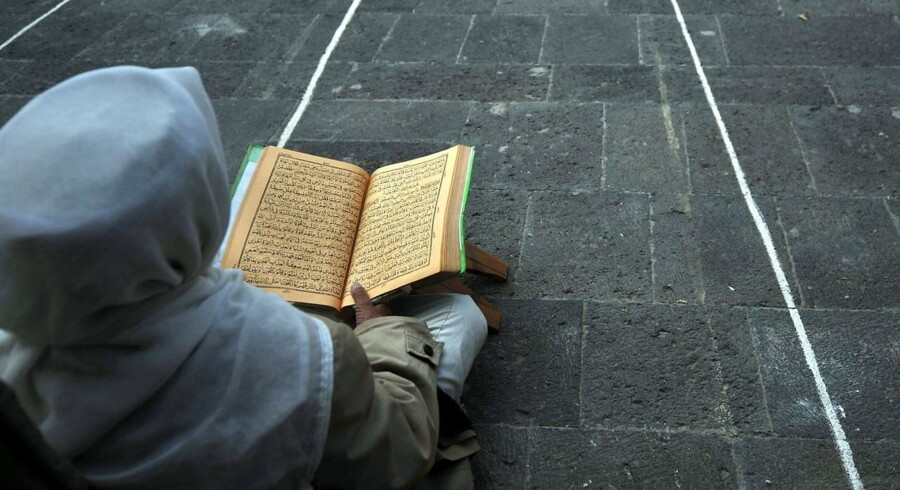 Over hele verden starter Ramadanen i disse dage. Ramadanen er den muslimske fastemåned, hvor muslimer verden over blandt andet faster fra daggry til solnedgang. Vi har samlet en række billeder fra Ramadanens påbegyndelse. Her læser en mand fra Yemen Koranen foran en moske, inden Ramadanen starter.