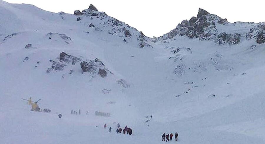 Redningsfolk med helikoptere er sat ind i redningsaktionen, der leder efter dræbte og eventuelle overlevende efter lavine-ulykken i de østrigske alper.