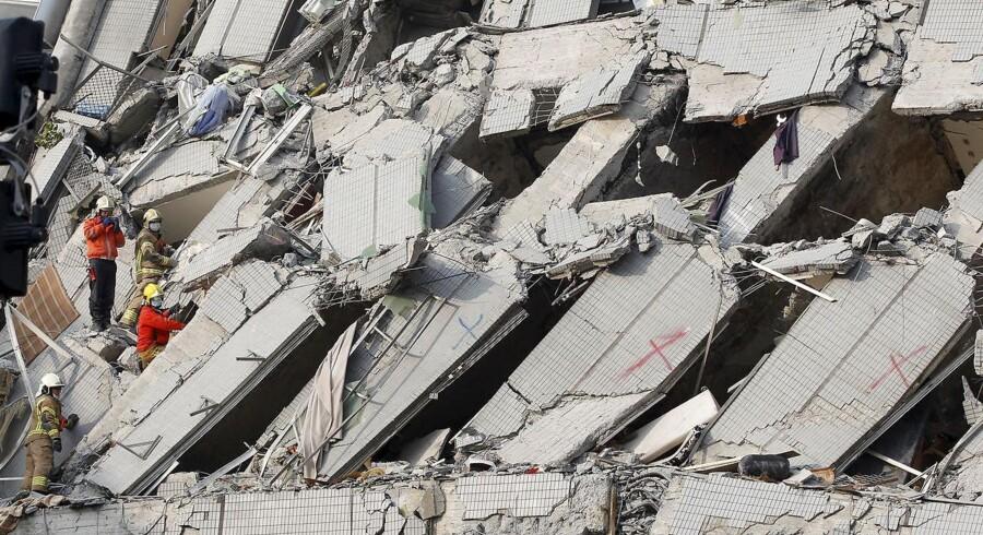 Redningsarbejdere arbejde på højtryk med at redde beboere ud fra murbrokkerne efter et kraftigt jordskælv ramte byen Tainan i Taiwan tidlig lørdag morgen. Foto: REUTERS/Pichi Chuang