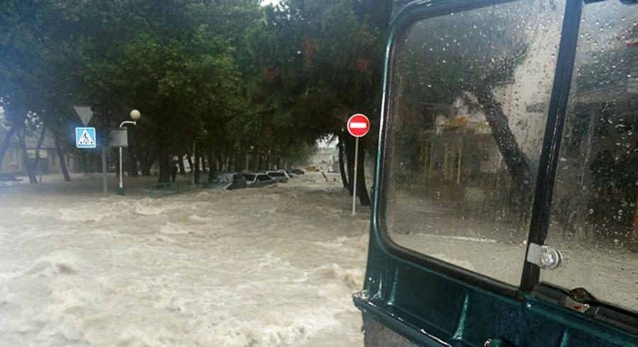 Gaderne i byen Gelendzhik blev omdannet til floder, der rev alt med sig.