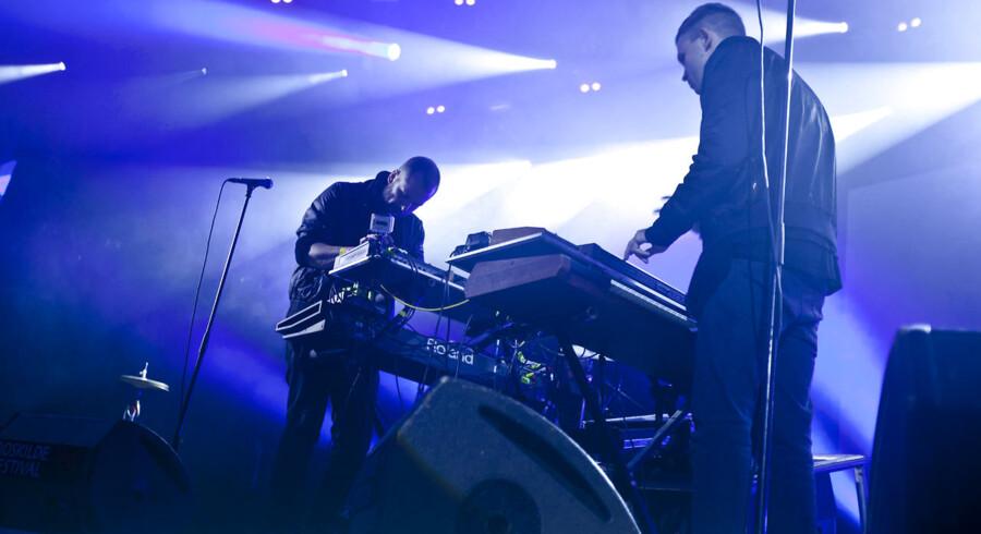 Spleen United bøjet over maskinerne, der sørgede for ravestemning sent fredag nat på Roskilde Festival.