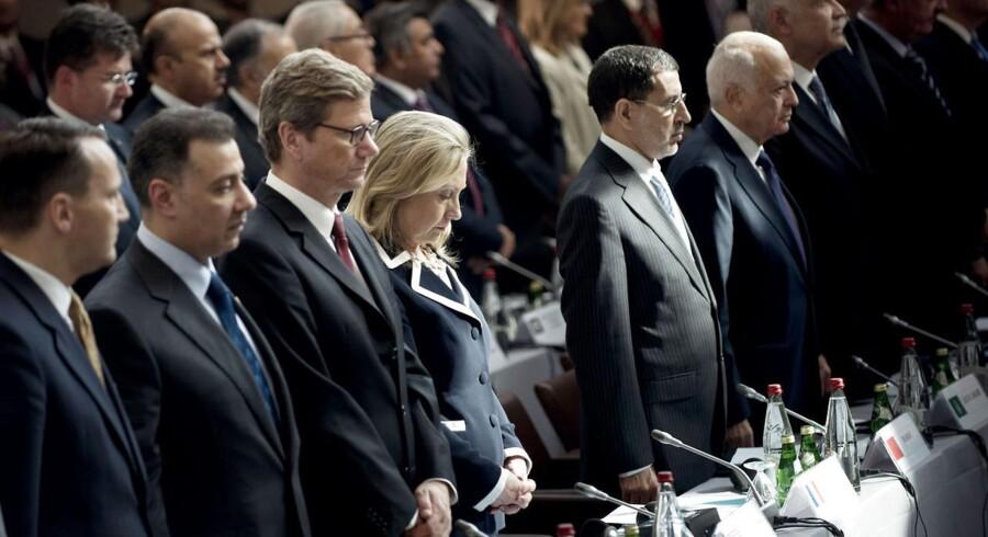 Hilary Clinton og de andre delegerede holder et minuts stilhed under mødet afholdt af Syriens venner i Paris.