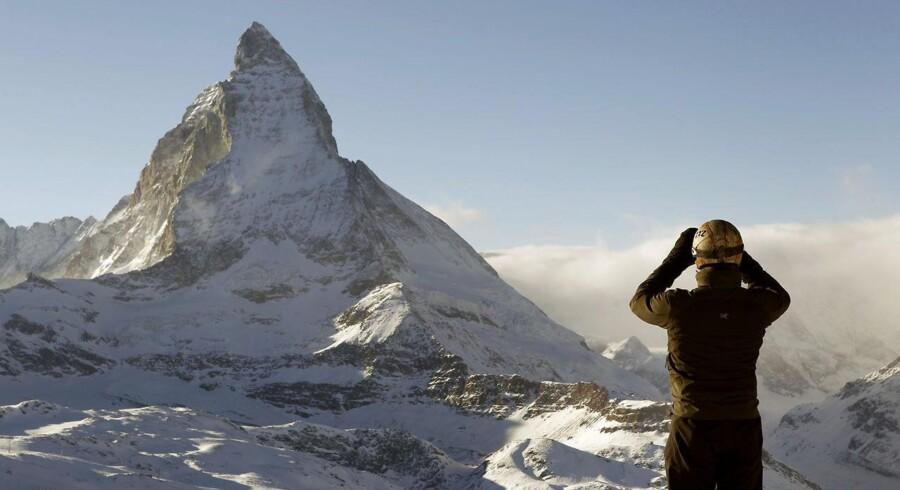 Fem bjergbestigere mistede tirsdag eftermiddag livet, da de styrtede ned fra bjerget Lagginhorn i den schweiziske kanton Valais. (Dette er ikke et billede af Lagginhorn, men det berømte schweiziske bjerg Matterhorn).