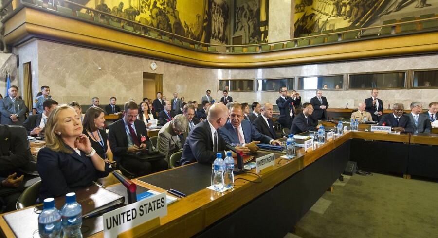 USAs udenrigsminnister Hillary Clinton (tv.) ved mødet i Geneve, hvor der efter lange forhandlinger kom enighed om Syriens fremtid mellem FN's Sikkerhedsråds fem permanente medlemmer (Kina, USA, Rusland, Frankrig og Storbritannien), samt Qatar, Kuwait, Tyrkiet, FN, Den Arabiske Liga og EU.