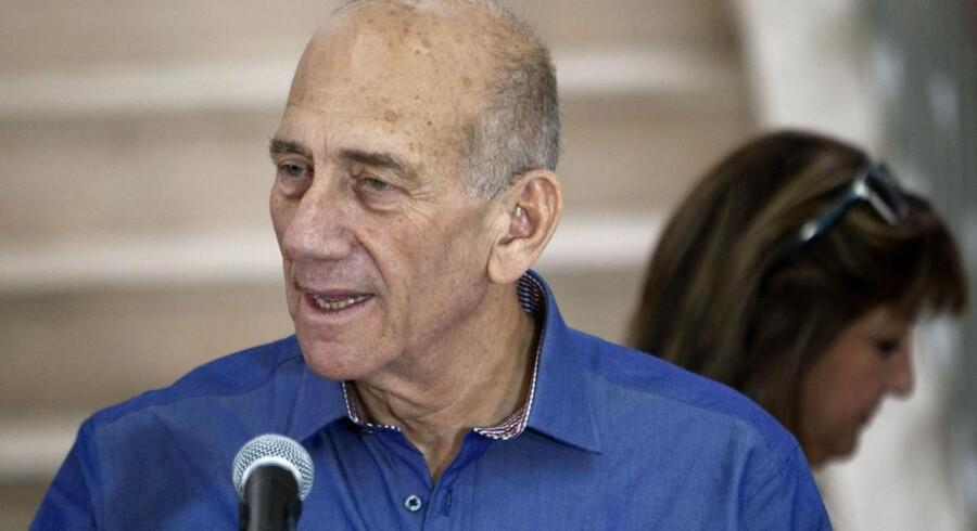 Ehud Olmert blev frikendt i anklagerne om bestikkelse, men dømt for bedrageri og tillidsbrud.