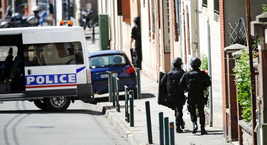 Fransk indsatsstyrke i aktion mod gidseltager, som, da gidseldramaet var slut uden tilskadekommende, viste sig at være en psykisk syg mand.