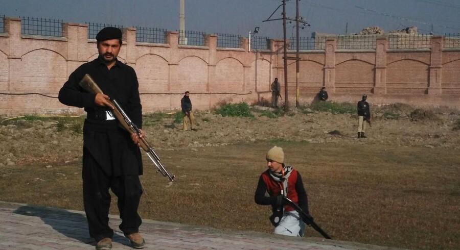 Pakistanske sikkerhedsfolk under angrebet ved universitetet i Pakistan.