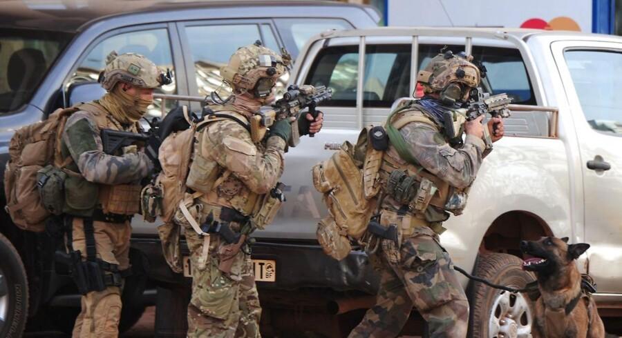 Franske sprecialenheder deltager i lørdagens kampe mod angrebsmændende ved Splendid hotel i Burkina Fasos hovedstad, Ouagadougou.