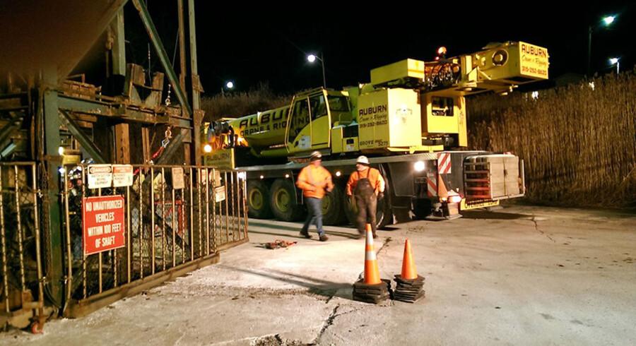 En kran ankommer til Cargill saltmine, hvor nogle af de 17 minearbejdere fortsat sidder fast i en elevatorskakt.