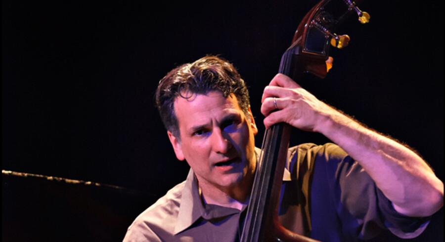 Til stor fryd for det talstærke publikum satte den virtuose amerikanske bassist John Patitucci og hans trio punktum for weekendens to stort anlagte åbningsaftener i det nyrenoverede Jazzhouse.
