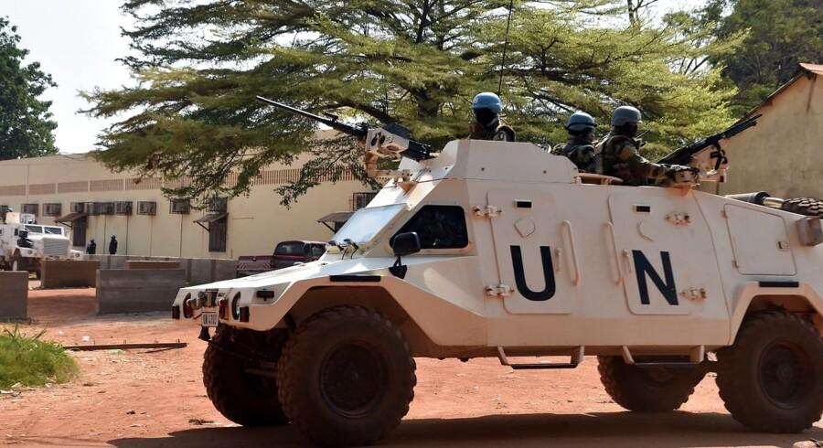 FN-styrker uden for et valgsted under præsident- og parlamentsvalget i Bangui 2. januar 2016.