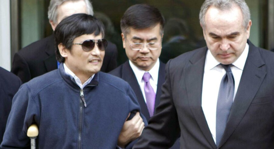 Den blinde aktivist, Chen Guangcheng, sammen med personale fra den amerikanske ambassade i Beijing.