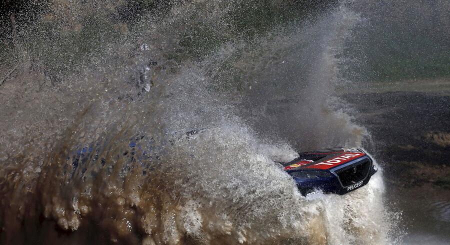 Sebastien Loeb fra Frankrig kører sin Peugeot gennem vandet i Buenos Aires.