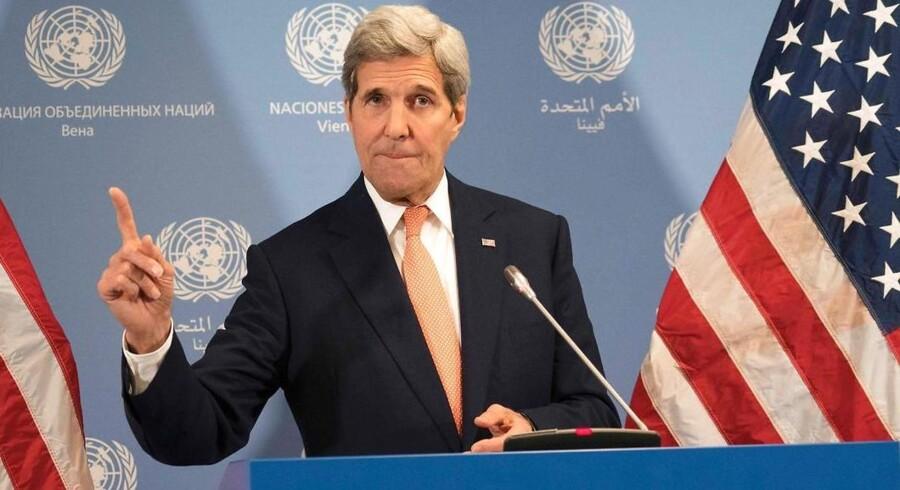 Den amerikanske udenrigsminister, John Kerry, bekræftede lørdag aften, at USA - ligesom EU - ophæver sine atomrelaterede sanktioner mod Iran, efter at Det Internationale Atomenergiagentur (IAEA) har erklæret, at landet har levet op til sine forpligtelser i atomaftalen.
