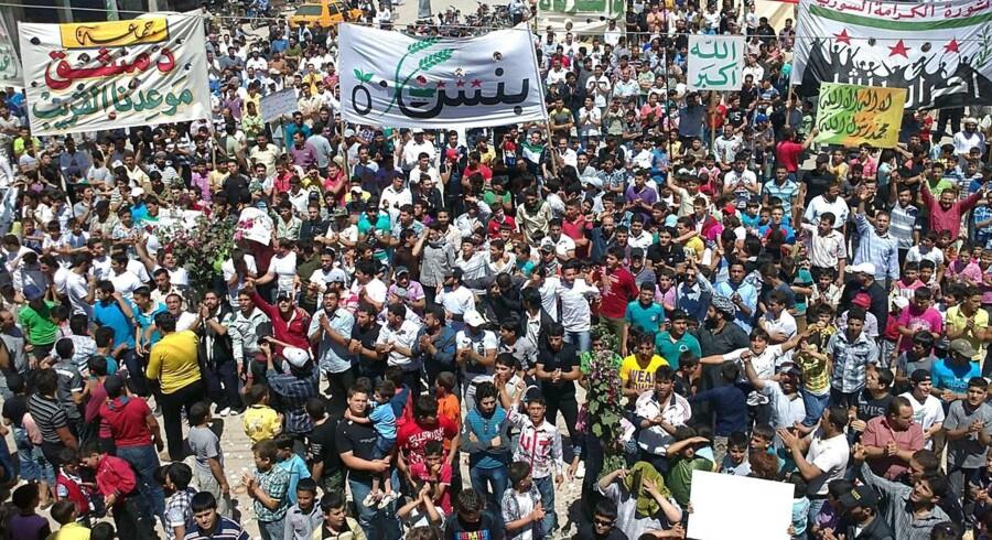 Syriske demonstrationer efter Houla-massakren. Mange af verdens stater sympatiserer med anti-Assad-holdningerne og smider Syriens ambassadører på porten.