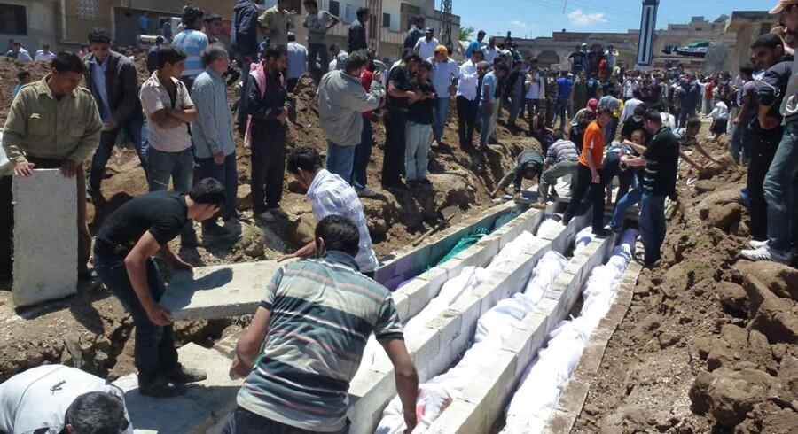 Massebegravelse i Houla efter fredagens massakre.