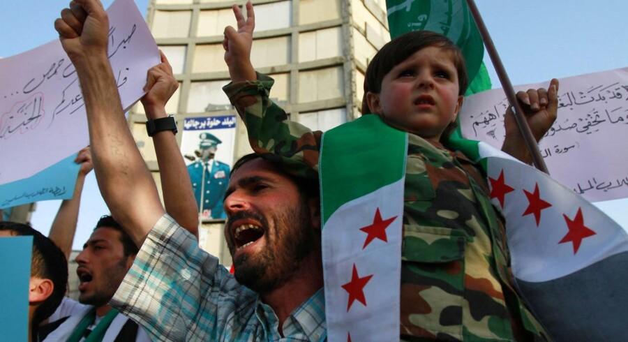 Lokale demonstrerer mod drabene på mindst 108 civile i en en landsby i Houla-området i Syrien