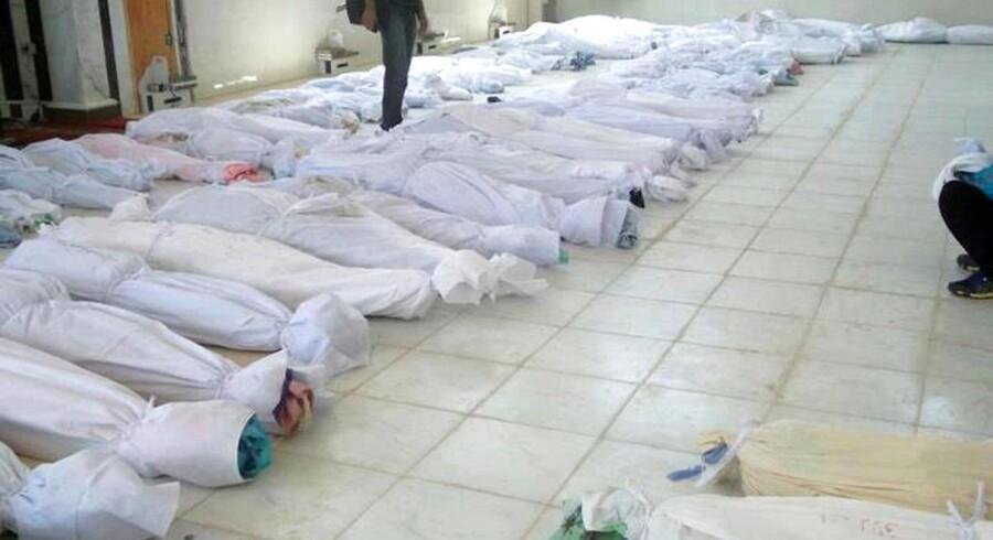 Ligene af de dræbte fra Houla blev samlet på et hospital, inden de begraves. 92 mennesker herunder 32 børn under ti år blev nedslagtet.