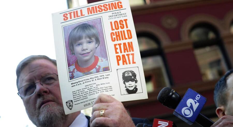 Talsmand for politiet i New York, Paul Brown, viser en plakat af forsvundne Etan Patz på seks år, der blev erklæret officielt død i 2001.