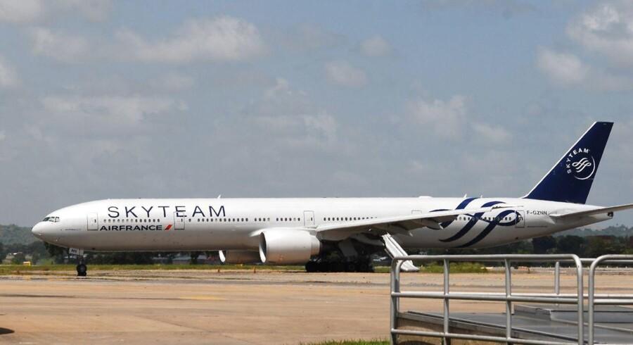 Flyet landede i Mombasa, hvor passagererne blev evakueret via nødudgange og slisker, mens bombeeksperter fra politiet og flåden blev sendt ind i flyet.
