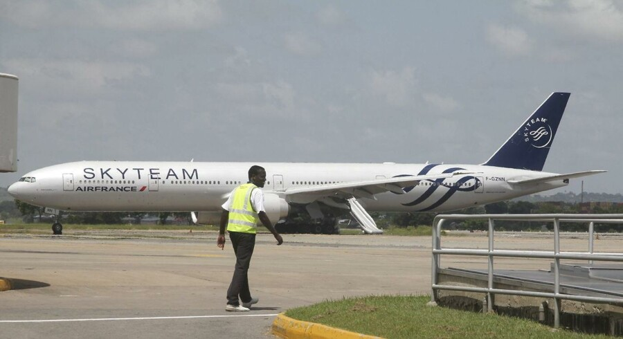 Flyet af typen Boeing 777 var lettet fra Mauritius med 459 passagerer og 14 besætningsmedlemmer om bord søndag med kurs mod Paris, da det undervejs måtte gå ned i lufthavnen i Mombassa.