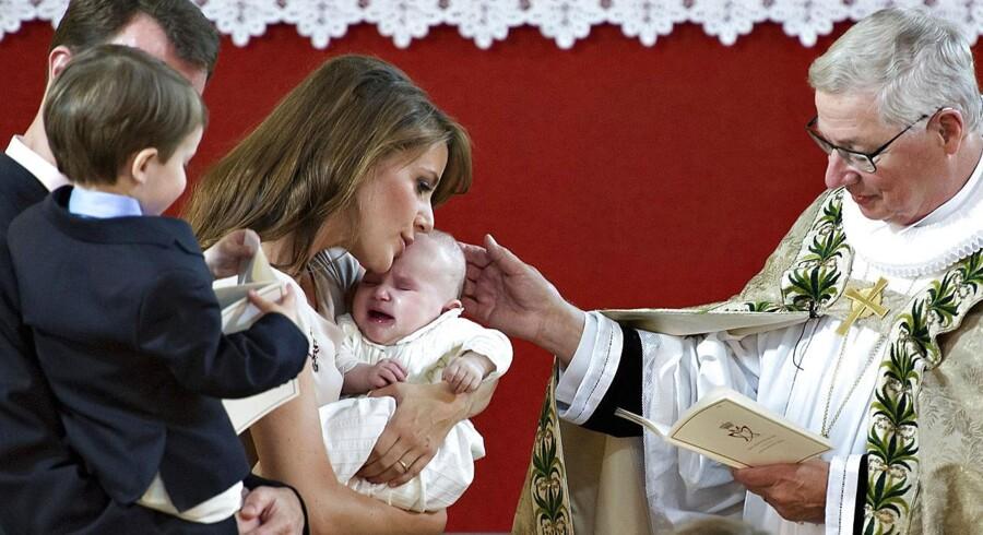 Athena får trøst af sin mor under dåben.