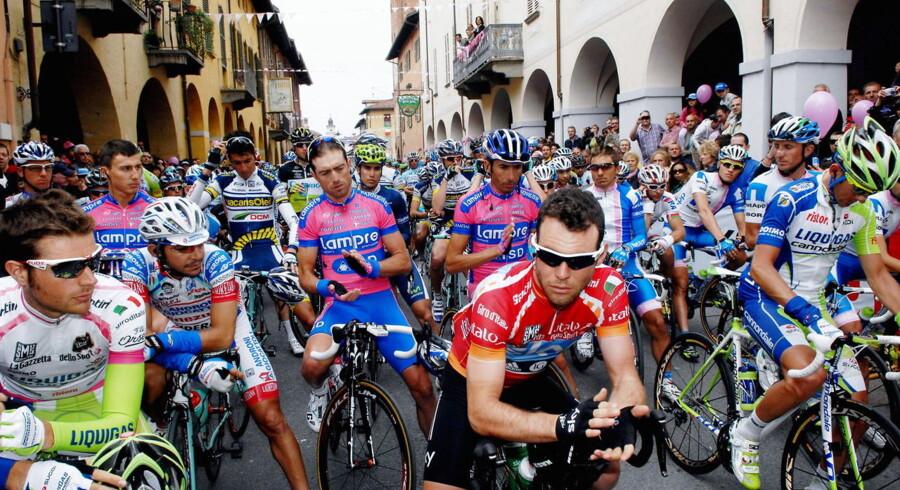 Deltagerne i 14. etape af Giro d'Italia holdt et minuts stilhed til minde om den 16-årige pige, der blev dræbt af en bombe uden for hendes skole i Syditalien.