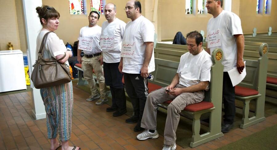 Disse asylansøgere, der her taler med sognepræste Pernille Østrem i Stefanskirken, har nu forladt kirken.