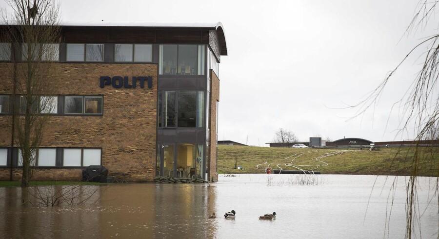 Oversvømmelse på grund af voldsomme mængder regn. Her er det Politistationen i Kolding, som har fået en voldgrav og må beskyttes med sandsække