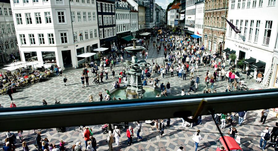 Strøgets 50års fødselsdag markeredes lørdag d. 1. september med gratis kringle, kaffe og juice. Jørgen Nørgaard bød velkommen fra scenen på Nytorv, med et ønske om mere samarbejde mellem butikkerne og borgmesteren. (Foto: Torkil Adsersen/Scanpix 2012)