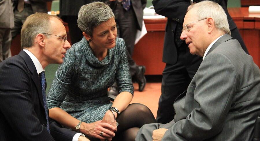Den tyske finansminister Wolfgang Schäuble (th) taler med Luxemborgs budgetminister Luc Frieden og Margrethe Vestager ved begyndelsen af mødet i Bruxelles.