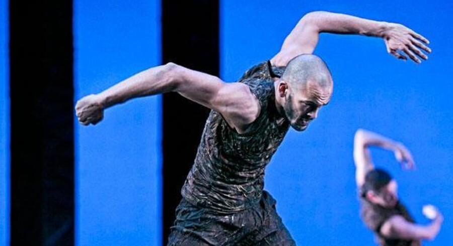 Dansk Danseteaters Alessandro Sousa Pereira i Tim Rushtons fine værk »Monolith«.